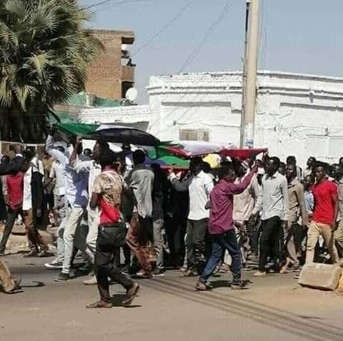 الطلاب ينددون بمقتل زميلهم معتز محمد أحمد